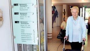 Seniorin im Eingang des Caritas-Haus Neuwerk