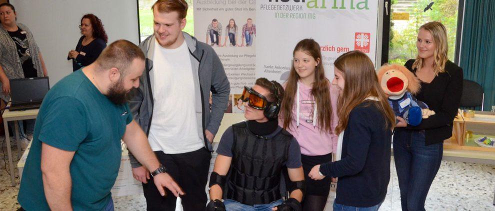Altersbedingte Einschränkungen vermittelt ein Simulationsanzug, den die Besucher der Ausbildungsbörse des Pflegenetzwerks Katharina ausprobieren konnten.